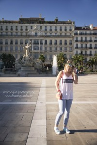 Julie blogueuse From Toulon with Love porte un sac Chabrand Marseille