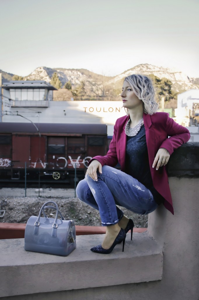 Look casual chic veste rose jean boyfriend escarpins paillettes sac Candy bag Furla shooting mode gare Toulon