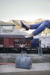 Look casual chic veste rose jean boyfriend escarpins paillettes sac Candy bag Furla shooting mode gare Toulon
